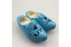Geboorteklompjes met naam licht-blauw met koe-decor schoenmaat 22-23