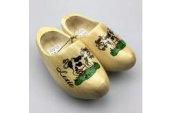 Geboorteklompjes met naam blank gelakt met grazend koetje schoenmaat 22-23