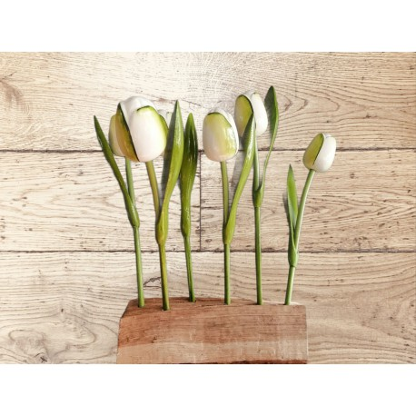Tulpen op houten blok met ingebrande tekst