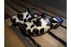 Lederen klompen met koeienhuid