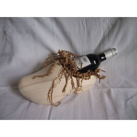 Klomp met flesje wijn verpakt in cellofaan