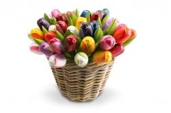 50 Houten Tulpen van 34 cm in een rieten mand